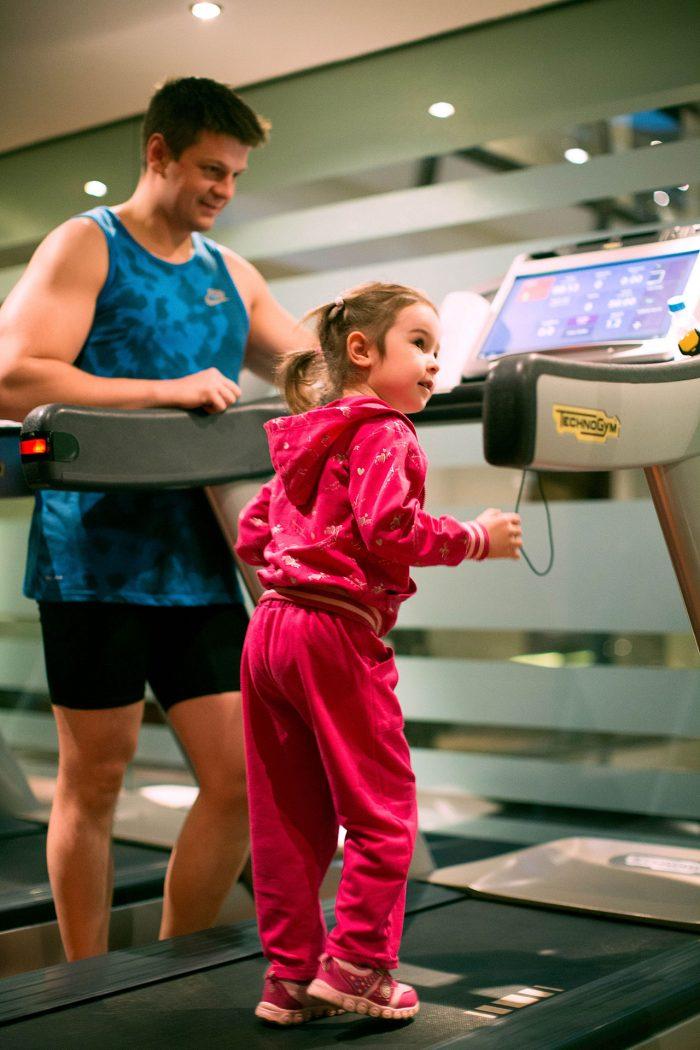 Папа тренирует дочку