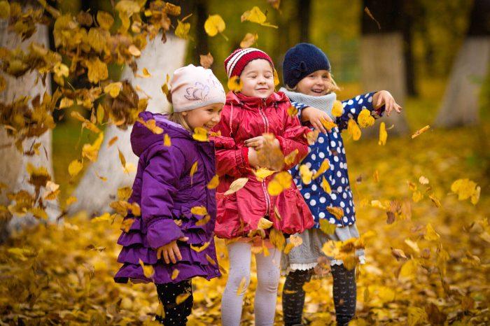 Дети с листьями осент