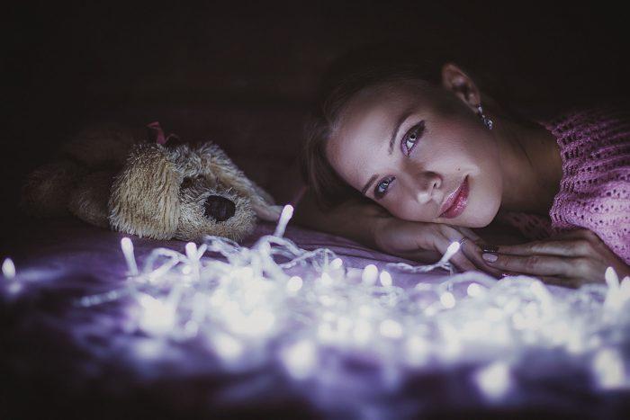 Фото с гирляндой девушка