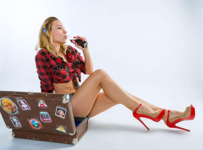 Фото пинап с чемоданом