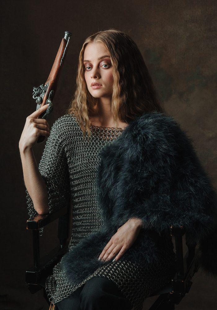 Фото девушка в кольчуге с пистолетом