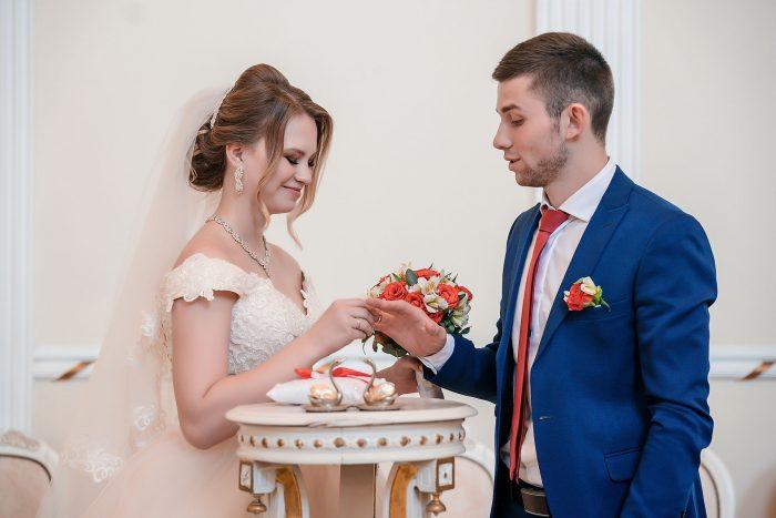 Фото жениха и невесты с обручальными кольцами