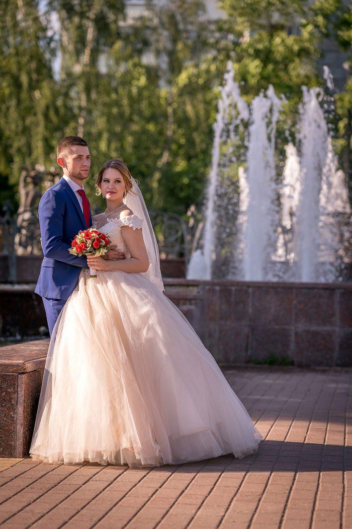 Фото жениха и невесты у фонтана