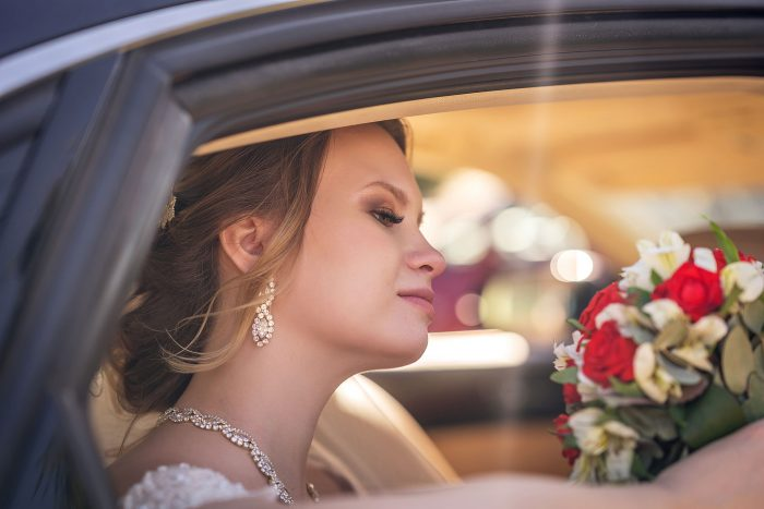 Красивая фотография невесты в авто