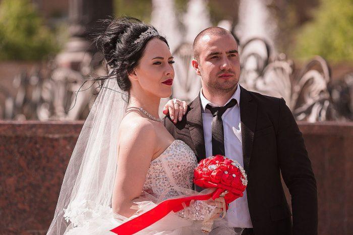 Свадьба в Раменском фотография у фонтана ЗАГСа
