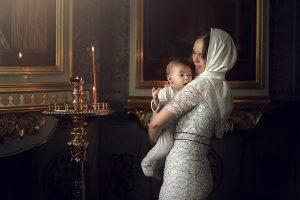 Крещение мама и малыш в храме