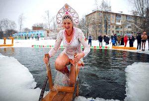 Купание зимой на крещение девушки